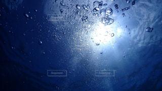海中の泡の写真・画像素材[1633351]