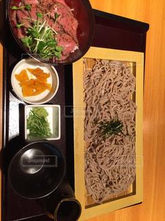ざる蕎麦とローストビーフ丼の写真・画像素材[1783728]