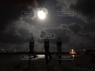 満月の夜に砂浜でヨガ - No.840692