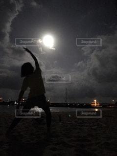 夜のビーチでヨガ - No.840693