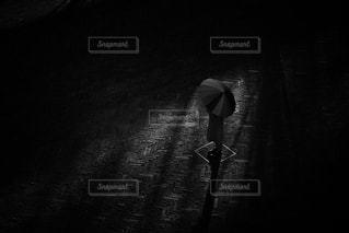 傘を持つ人の写真・画像素材[1119728]