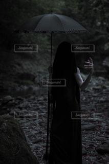 傘と女性の写真・画像素材[1119734]