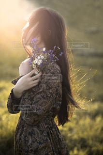 草の中に立っている女性の写真・画像素材[1119921]