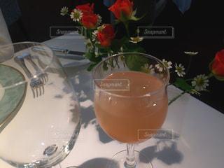 テーブル ワインのグラスの写真・画像素材[872386]