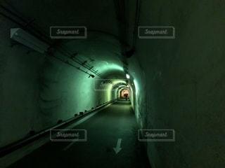 薄暗いトンネルの写真・画像素材[1361116]