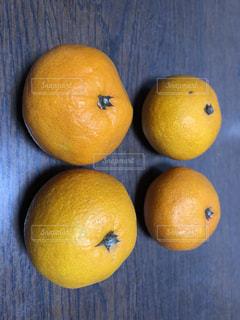 木製のテーブルの上に座ってオレンジをの写真・画像素材[1624066]