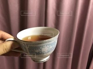 近くにコーヒー カップのアップの写真・画像素材[1719451]