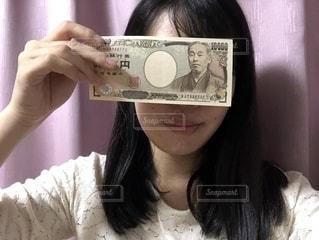 お金と女の写真・画像素材[2151427]