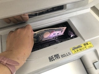 ATMお金下ろす女の写真・画像素材[2234253]