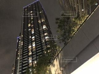 夜にライトアップされた高い建物の写真・画像素材[2316431]