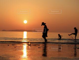 海岸沿いの親子写真 - No.841801
