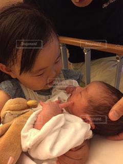 赤ちゃんを抱っこしてるお姉ちゃん。の写真・画像素材[843070]