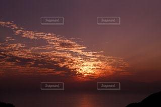 水の体に沈む夕日の写真・画像素材[843277]