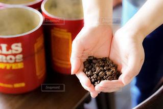 一杯のコーヒーを保持している人の写真・画像素材[1299283]