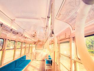 電車の駅で座っている人の写真・画像素材[1378888]