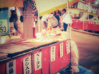 店の前に立っている人の写真・画像素材[1379587]