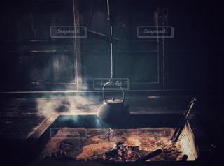 暖炉の横にあるストーブ トップ オーブン リビングの写真・画像素材[1380089]