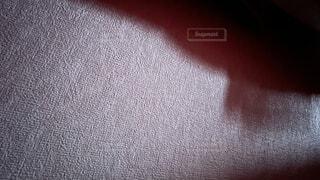 薄暗い朝の日差しが差し込んだ部屋の壁紙の写真・画像素材[4456965]
