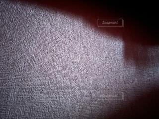 薄暗い朝の日差しが差し込んだ部屋の壁紙の写真・画像素材[4456967]