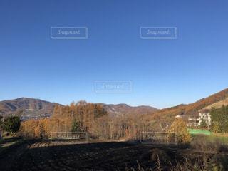 背景の山のフィールドの写真・画像素材[844115]