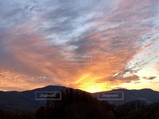 背景の山と木の写真・画像素材[844580]