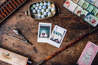 男性はケーキでまな板の上に横たわるの写真・画像素材[843681]