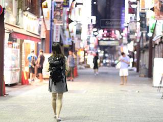街を歩いている女性の写真・画像素材[844216]