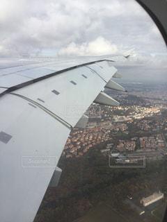 飛行機の窓からプラハの街の写真・画像素材[845798]
