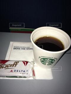 飛行機の中でスターバックスのコーヒーの写真・画像素材[1002480]