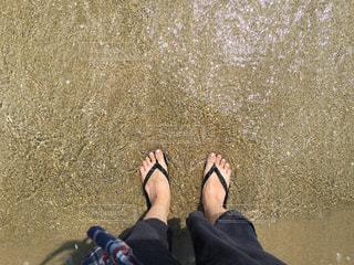 ビーチサンダルで海に入るの写真・画像素材[844694]