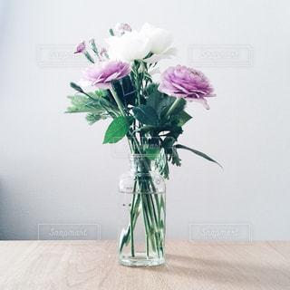 紫色の花一杯の花瓶の写真・画像素材[844743]