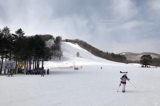 雪の上にスキーに乗っている人のグループ対象斜面の写真・画像素材[1869305]