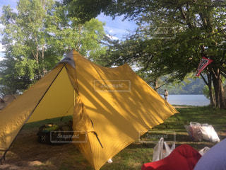 フィールドでテントの写真・画像素材[844835]