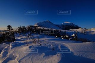 雪に覆われた山の写真・画像素材[844837]