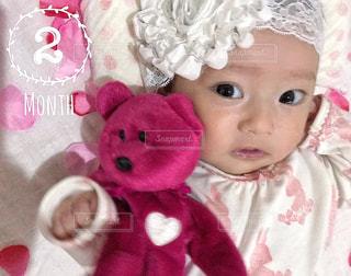 テディベアと赤ちゃんのアップの写真・画像素材[845078]