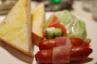 ホットドッグと食品のプレートの写真・画像素材[850075]