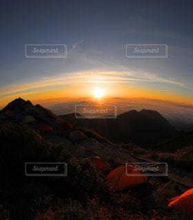 テントの中に沈む夕日の写真・画像素材[850822]