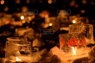 テーブルの上のビールのグラスの写真・画像素材[852581]