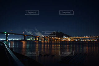 水の体の上の橋の写真・画像素材[845310]