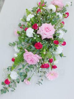 テーブルの上に花瓶の花の花束の写真・画像素材[857097]