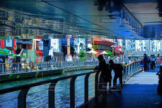 水の上の橋の下での反射の写真・画像素材[845667]