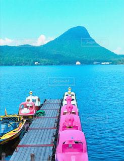 白鳥ボートと山。の写真・画像素材[847466]