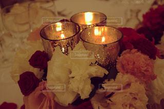 テーブルの上の薔薇とロウソク。 - No.847525