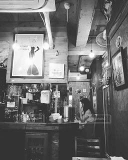 店でくつろぐ女性。の写真・画像素材[847555]