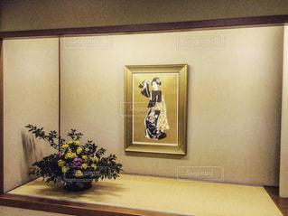 着物を着てる女性の絵とお花。 - No.847623