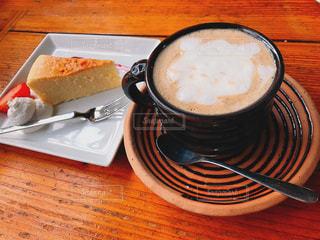 食品とコーヒーのカップのプレートの写真・画像素材[871863]