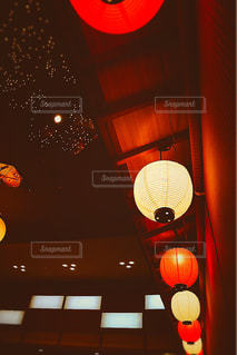 近くに赤い光のアップの写真・画像素材[901134]