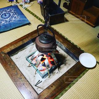 テーブルの上のケーキと木製のまな板の写真・画像素材[1069385]