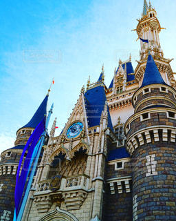 建物の側に時計と大きな背の高い塔の写真・画像素材[1082974]