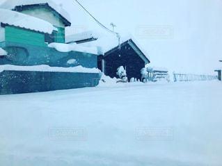 空気で雪のボードに乗る人の写真・画像素材[1082975]